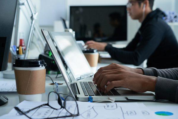 システムエンジニア(SE)の仕事とは?プログラマーとの違いや会社の種類・年収ややりがい